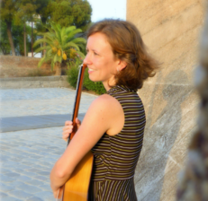 Flamenco guitarist Leah Kruszewski offers lessons online and in Seville, Spain