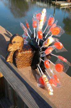 Easy DIY Thanksgiving Turkey Lollipop holder. FREE step by step instructions. www.DIYeasycrafts.com