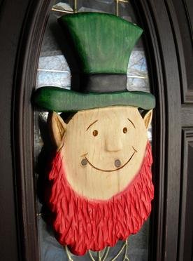 How to easily make a carved wood Leprechaun St. Patricks Day decoration. FREE step by step instructions. www.DIYeasycrafts.com