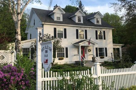 Red Sleigh Inn, Lincoln New Hampshire | bed and breakfast