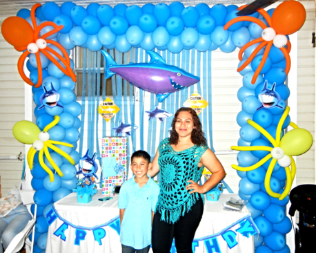 shark balloon arch main table