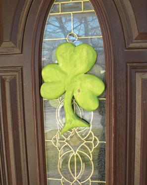 How to easily make a carved wood Clover St. Patricks Day decoration. FREE step by step instructions. www.DIYeasycrafts.com