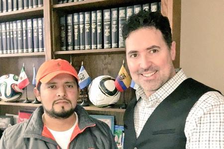 Patrick Merrick y cliente Humberto Jironomo