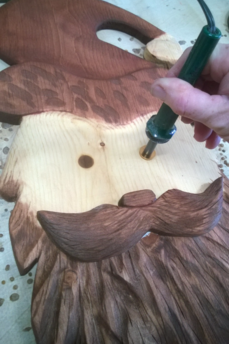 How to easily make this wood Santa Face Christmas Decoration. FREE step by step instructions. www.DIYeasycrafts.com