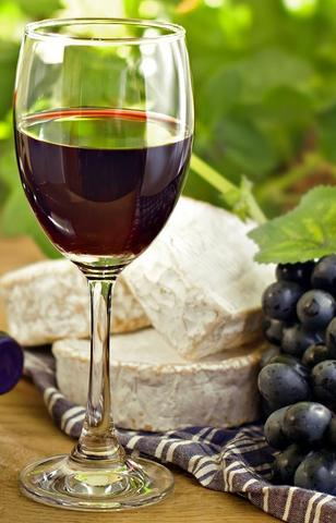 red wine in wine glass with blueberry and cheese