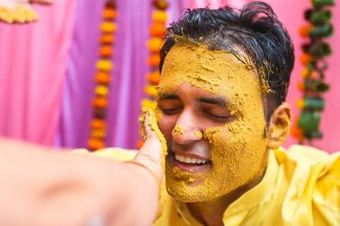best-wedding-photographer-in-dwarka-coveering-haldi-function