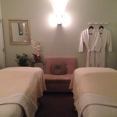 Enjoy a Couples Massage side by side in our couples room