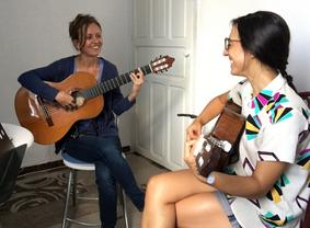 Leah teaches classical guitar lessons in Seville to students of all experienced levels, from beginner to advanced