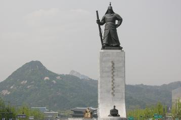 Statue of Admiral Yi in Seoul