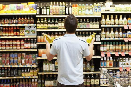 Men at the supermarket confuse on what oil is the best for cooking