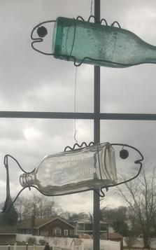 How to make DIY Hanging Bottle Fish Art from any old bottle and some wire. Free step by step instructions. www.DIYeasycrafts.com