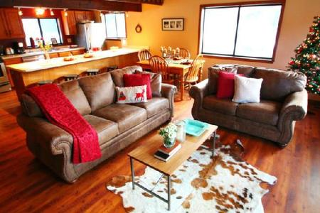 4 Nights $599- Main View Townhouse- Best Views down Main Street Red River.