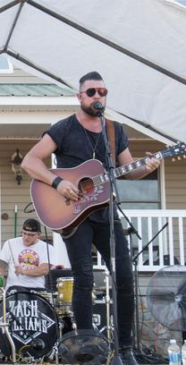 Picture of Zach Williams Performing