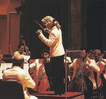 Isabel Mayagoitia conducting the Mexican National Symphony Orchestra