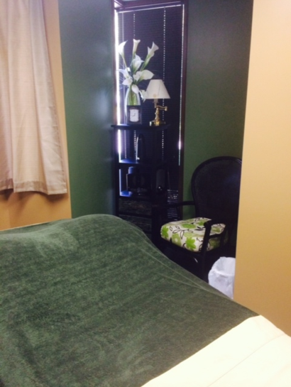 AGLA Chiropractic Green & Gold Massage Room