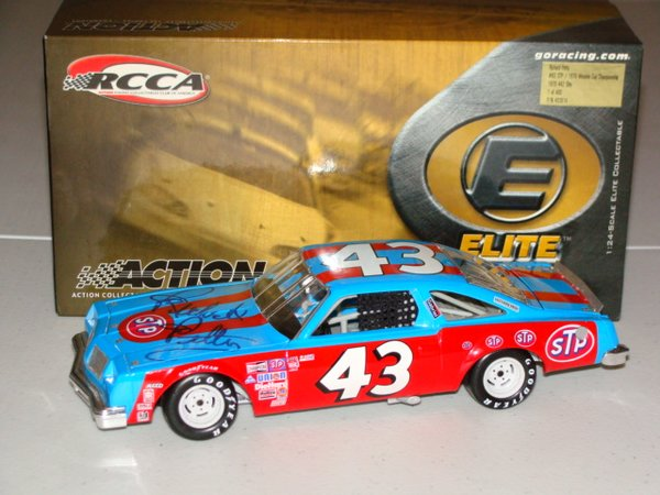 2005 Elite 1/24 #43 STP 1979 Winston Cup Champ Olds 442 Richard Petty CWC AUTOGRAPHED
