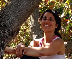 Head shot of Chloe in a tree, giving a review of the Happiness Builder Program.