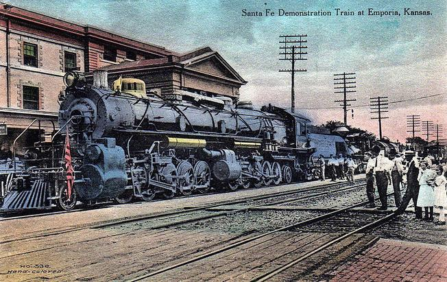 Postcard depiction of a Santa Fe 2-10-10-2 Demonstration Train at Emporia, Kansas in 1912.