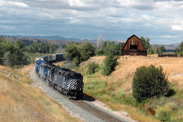 A Montana Rail Link F45 leads a freight in 2005. Photo By Drew Jacksich.