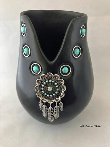 Natural Accents Gallery of Taos - Featuring the pottery sculpture of Andra Vette