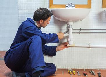 A person providing plumbing services in Arlington, TX