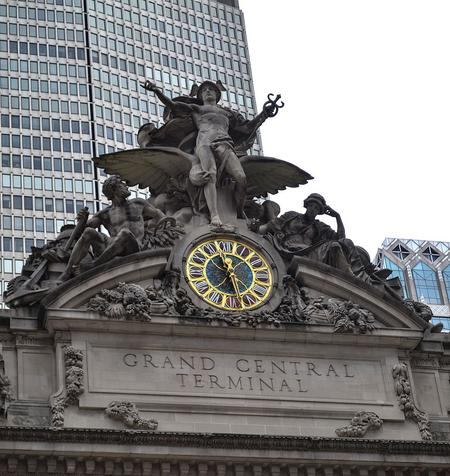 Glory of Commerce, a sculptural group by Jules-Félix Coutan featuring Hercules, Minerva and Mercury, sits atop the terminal, with the MetLife Building behind.