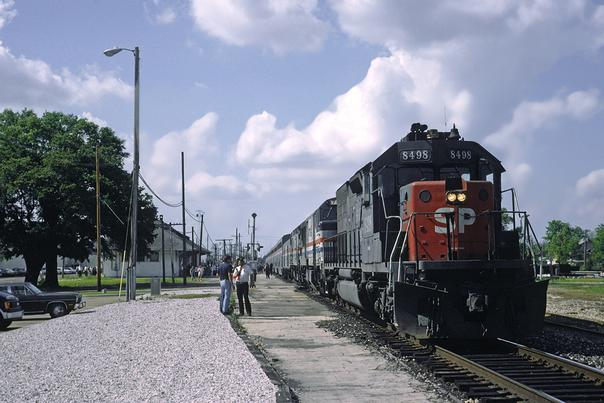Running ahead of schedule, the Sunset Limited, with SP 8498 on the point, is stopped at Lafayette, LA. April 1989. Photo by Drew Jacksich.