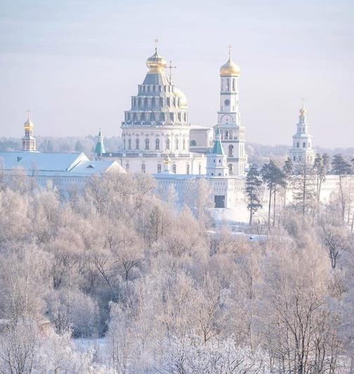 Moscow: Resurrection Cathedral view from the woods in the snow
