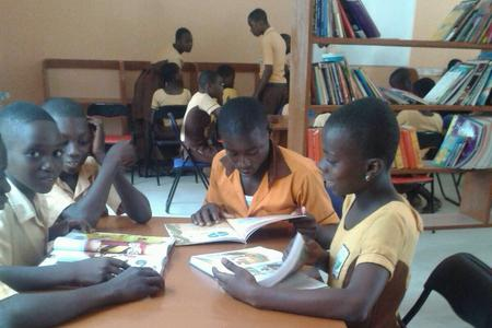 Ghana students read in library