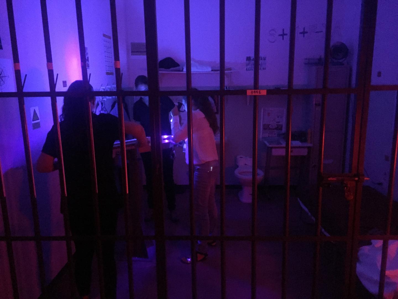 Jugadores buscando pistas dentro de la La Cárcel en Minuto 59