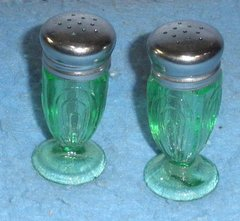 salt and pepper shakers - green Y894