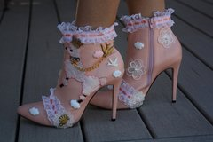 1290 Adorable Victorian Style Pudel Embellished Light Pink Boots Size US10