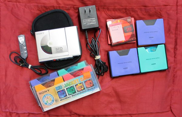 Sony Digital Mini Disc (MD) Walkman Recorder MZ-R37  w/ Case and Minidisc