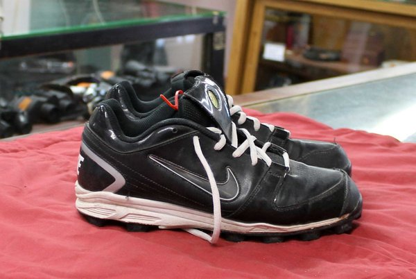 Nike Youth Rubber Cleats--size 9