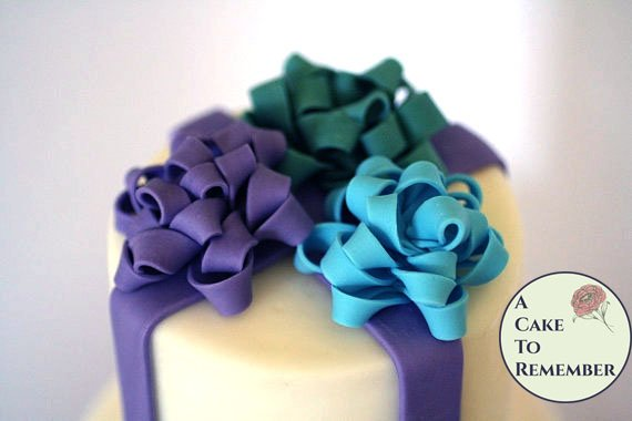 Sugar bows for gift box cakes and Christmas cakes, cake decorating