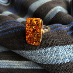 VINTAGE BALTIC AMBER SILVER RING SET UPON RED ENAMEL