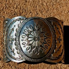 1940s MADE BY MAISEL'S ALBUQUERQUE LIKELY 900 HEAVILY STAMPED SNAKE ZIA ARROWS SILVER CUFF
