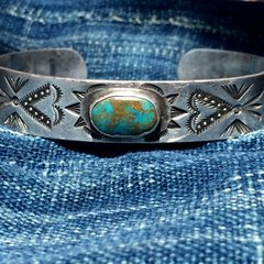 1920s AMERICAN STAMPED ARROWS AND WHIRLING LOGS TURQUOISE SILVER BRACELET