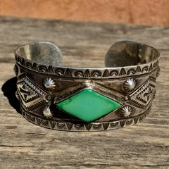 1920s MENS BIG WRIST WIDE EXCEPTIONAL MASTER SILVERSMITH & CONDITION SILVER INGOT REPOUSSE PEYOTE WHIRLING LOGS ARROWS THUNDERBIRDS CERILLOS TURQUOISE