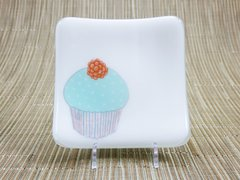 Cupcake (green) on white glass - small curved plate