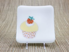 Cupcake (yellow) on white glass - small curved plate
