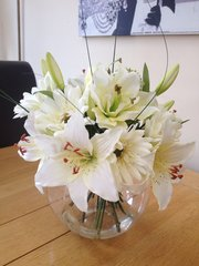 LUXURY IVORY LILY BOUQUET, IN GLASS BOWL & WATER (GREEN)