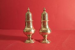 Pair of sterling salt and pepper shakers on round bases, 18th century style tops. London, 1901, Creighton.