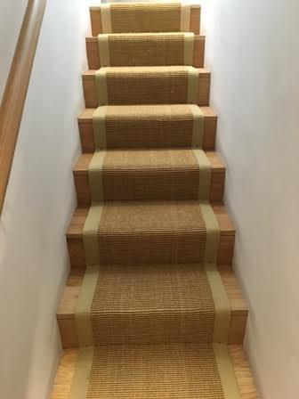 Fiskbenet trappe tæppeløfter monteret til lige trapper med trappestænger.