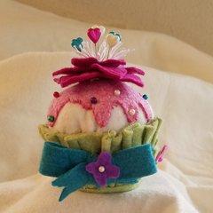 #237Kit Crowned Flower cupcake pincushion